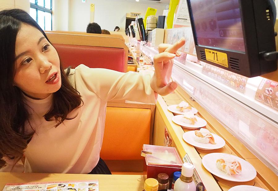 オーダーはタッチパネル、新鮮なお寿司をお好みで。もちろん回転中のお寿司もOK