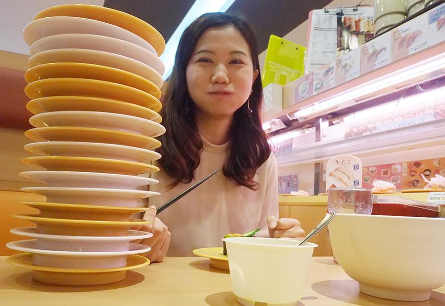 お皿の数は幸せの数、積み上げる楽しみをめいっぱい堪能してこの笑顔