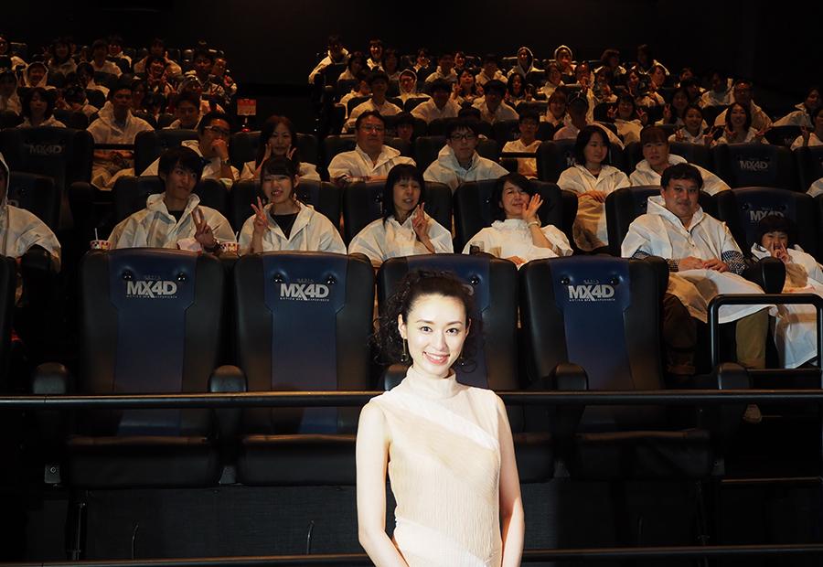 レインコートを着た観客とフォトセッションに挑んだ栗山千明(21日・大阪市内)