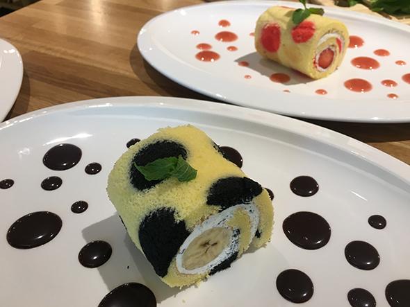 草間彌生ロールケーキは黒・バナナと赤・いちごの2種あり、各800円