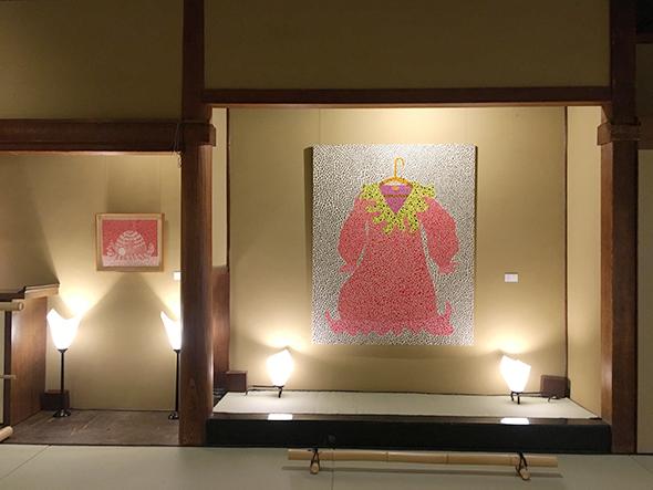 身の回りの品をモチーフにした作品も多い。床の間には100号作品「赤いドレス」を展示