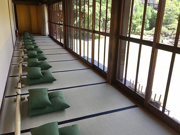 1階の縁側は、座禅用の座布団が並び、手入れの行き届いた日本庭園を座ってのんびり観賞できる