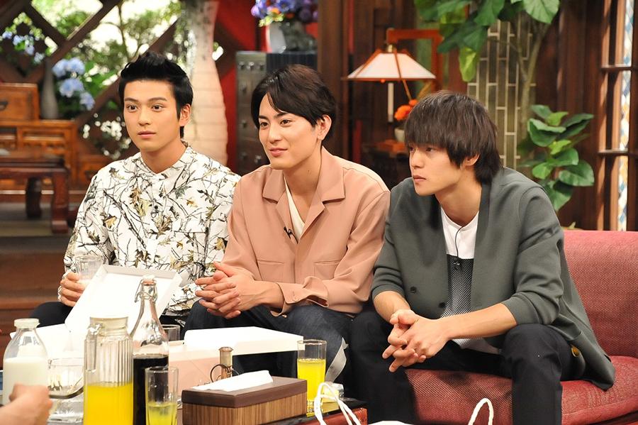 『さんまのまんま 初夏に大笑いしましょかSP』にゲスト出演した新田真剣佑、間宮祥太朗、窪田正孝(左から)