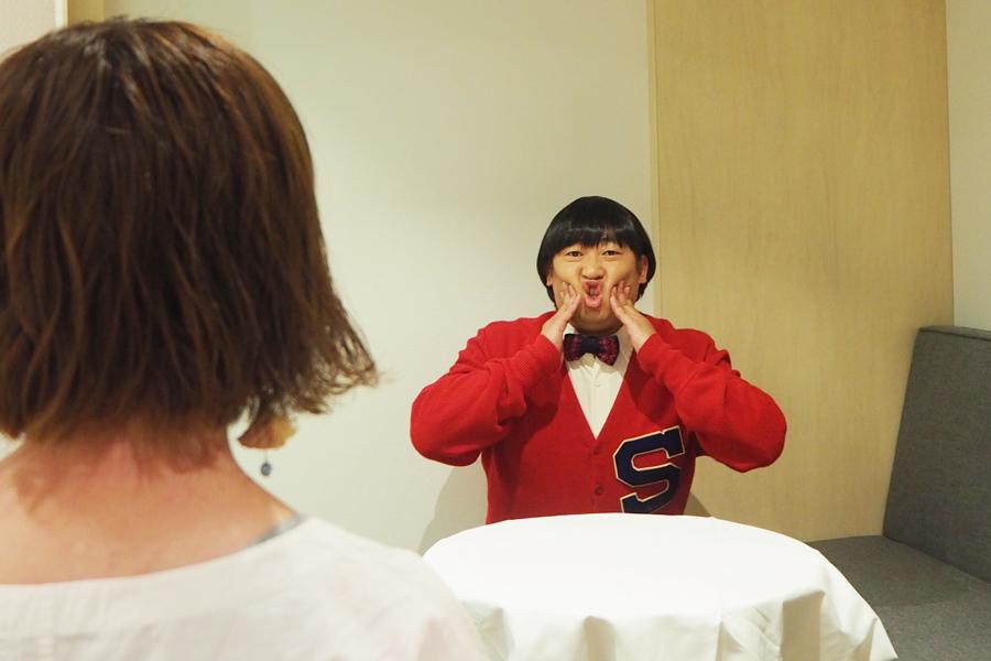 インタビュー中、変顔をするみちくん。大阪には前日入りし、たこ焼き、堂島ロール、フルーツ大福、ホルモンを食べたという(9日、大阪市内)
