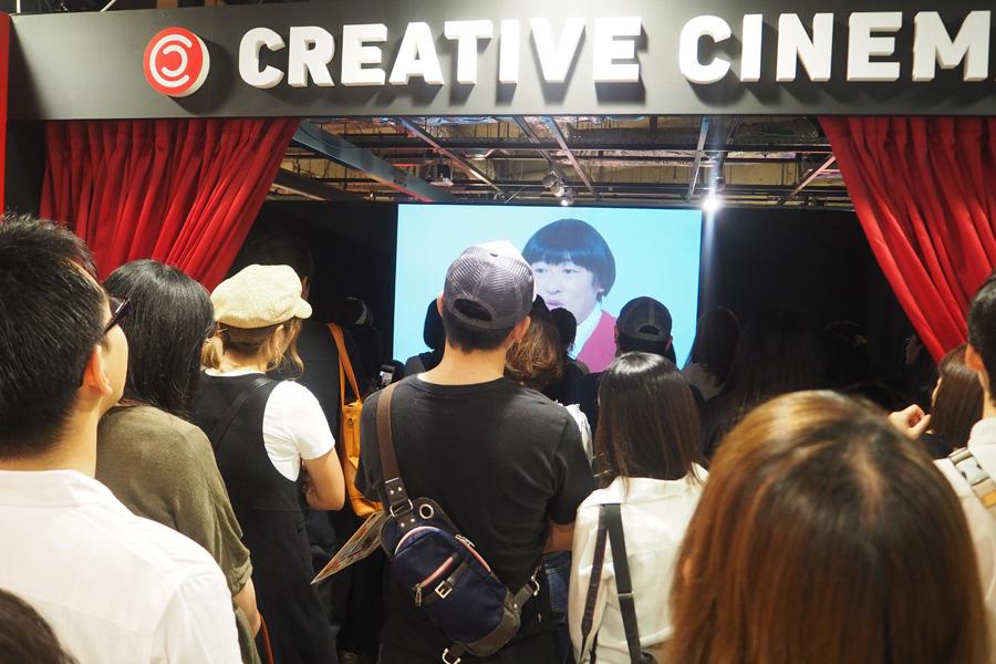 みちくん出演の新作映画『九官鳥リリーの倦怠期』を観るために集まる多くのファン