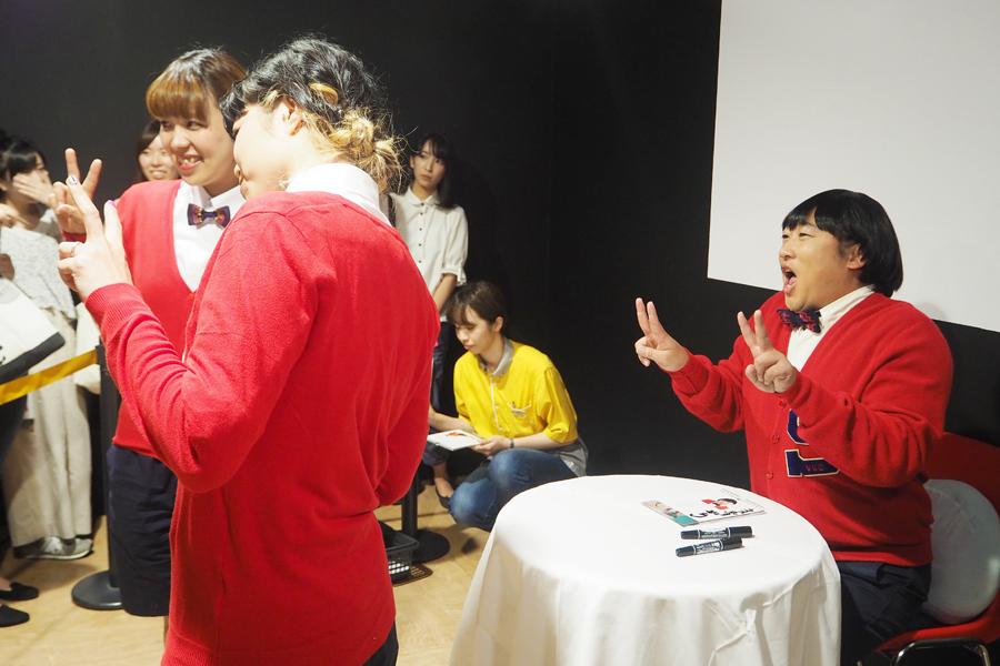 おそろいの衣装を作ってきたファンと遠近法を駆使して撮影するみちくん(9日、大阪市内)