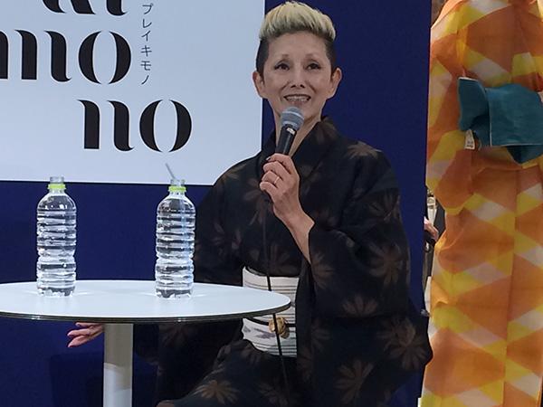 大人のコーディネートで、串野がデザインした浴衣を着こなす夏木マリ