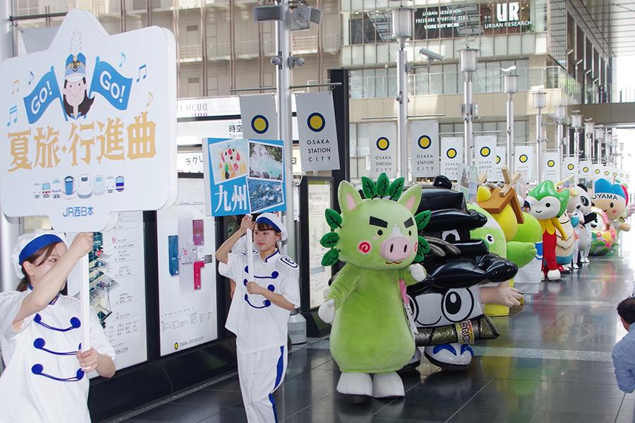 ご当地キャラクターの大行進に多くの人だかりができた「大阪ステーションシティ」(24日)