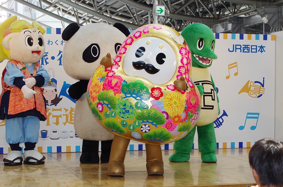 自身のエリアを元気いっぱいにPRするキャラクターたち。中央は石川県のひゃくまんさん(24日・大阪市内)