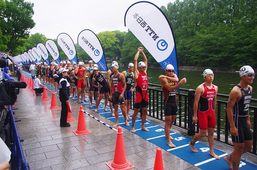 世界初となるお濠のスイム会場に入水する選手たち(25日・大阪城公園)