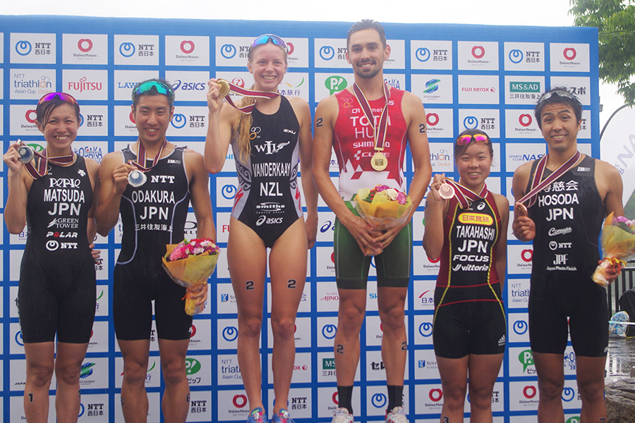 中央がエリート男子1位のタマーシュ・トート選手(ハンガリー)とエリート女子1位のニコル・バンデルカイ選手(ニュージーランド)