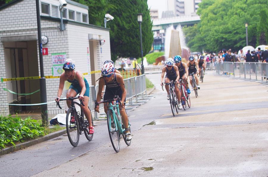 大阪城公園を自転車で疾走する選手たち。通りがかりの人も観戦を楽しんでいた(25日・大阪城公園)