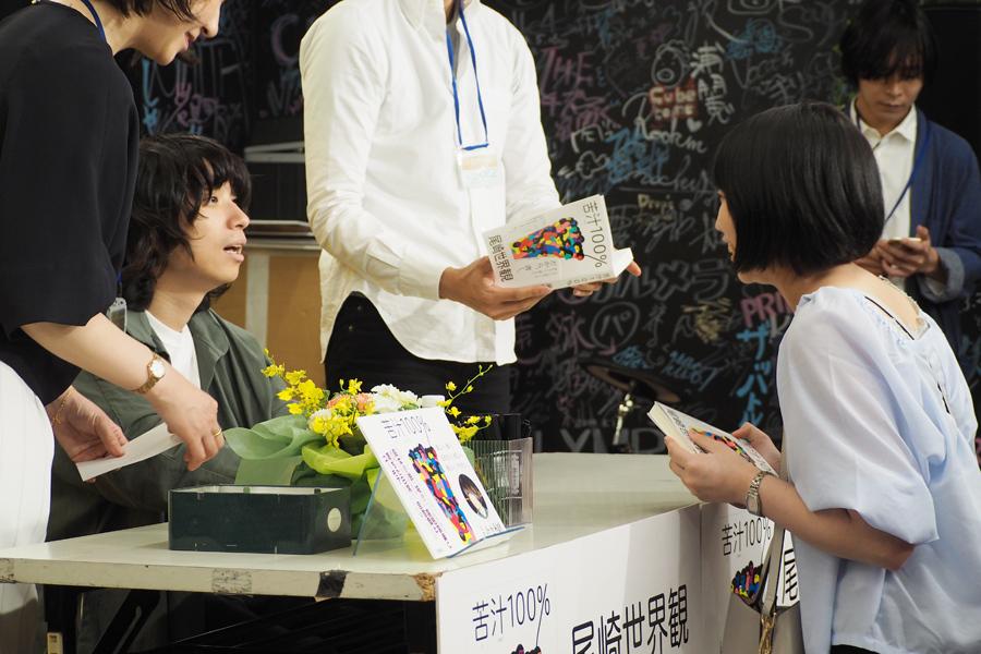 サインしながらファンと話す尾崎世界観
