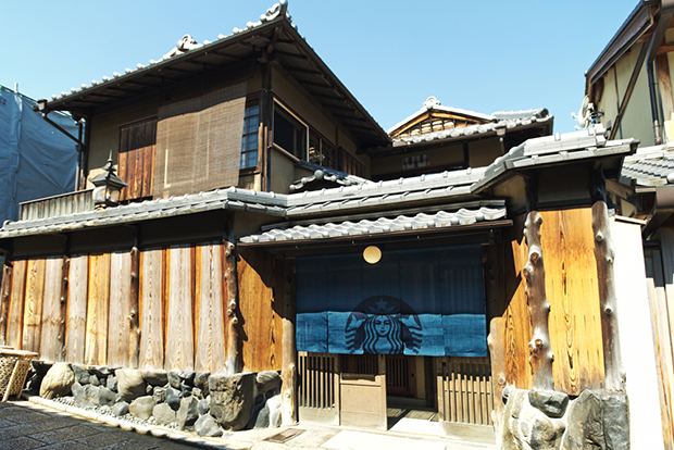 世界初、暖簾を出した「スターバックス 京都二寧坂ヤサカ茶屋店」