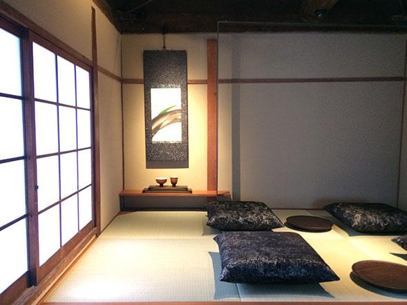 小上がりの座敷。床柱にスチールを使い、琉球畳を敷くなど、モダンな印象