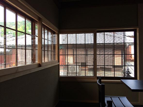 2階のテーブル席の格子窓からは二寧坂を見下ろせる