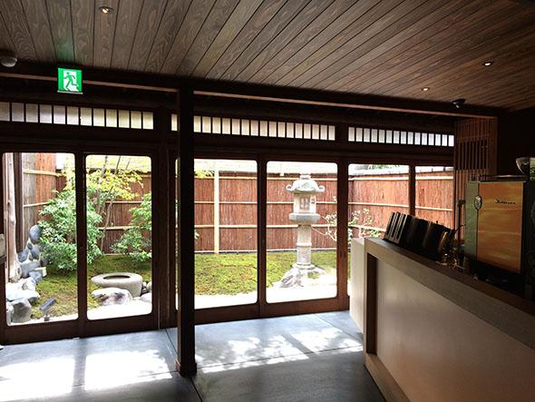 ドリンクを受け取るバーカウンターの奥には美しい庭が。茶道・裏千家の組み方が取り入れられている