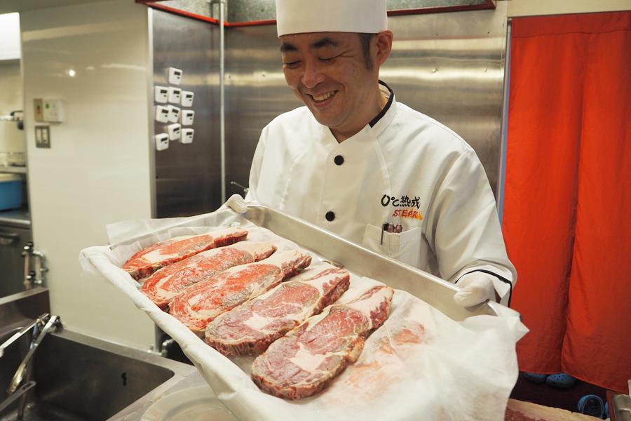 同店シェフの上野利明さん。肉の温度が均一なため、同じ厚さですばやく切ることができるという