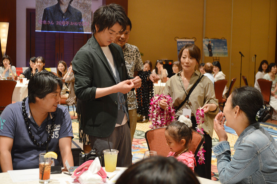ツアーに参加した子どものファンにレイをかける藤原竜也(日本時間・1日)