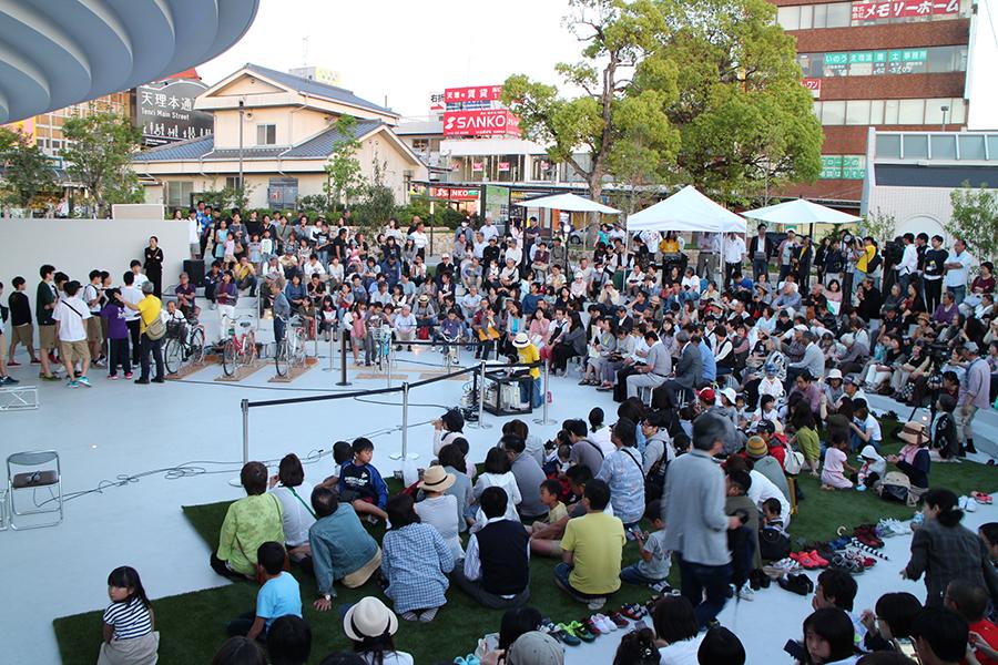 多くの人が詰めかけたキックオフイベント会場の天理駅前広場「コフフン」
