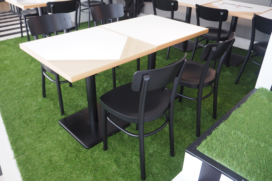床には緑の人工芝を使用し、野球グラウンドを彷彿とさせる