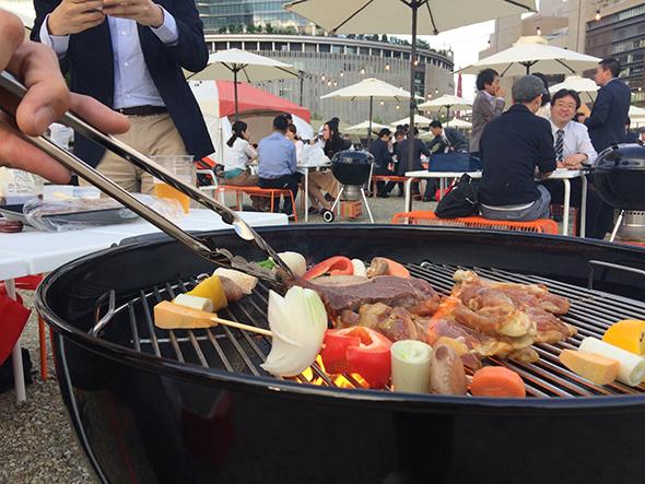 肉はオージーアンガスビーフのステーキか、BBQチキン。これに串野菜が入ったクーラーボックスを受付で渡される