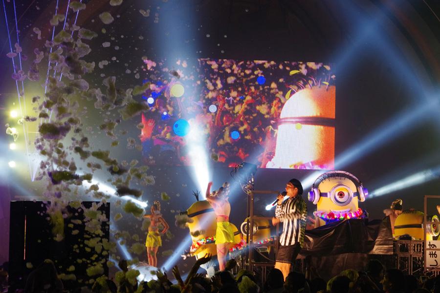 『サマーナイト・パーティ』DJミニオンの音楽に合わせ、レーザーや花火、水や泡が飛び散る会場