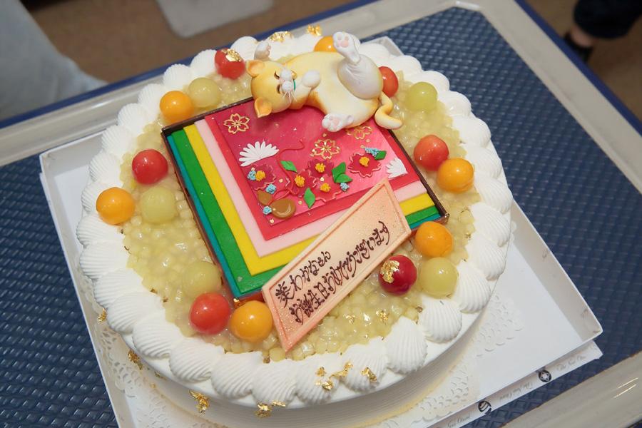 葵が好きだという和柄や猫のデコレーションを施したバースデーケーキ