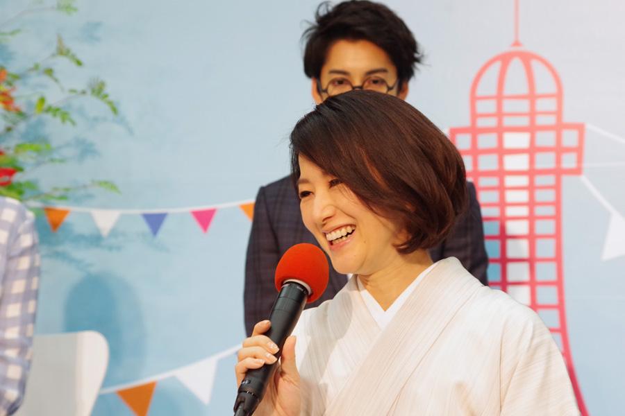 6月の出演者発表会で笑顔を見せる鈴木