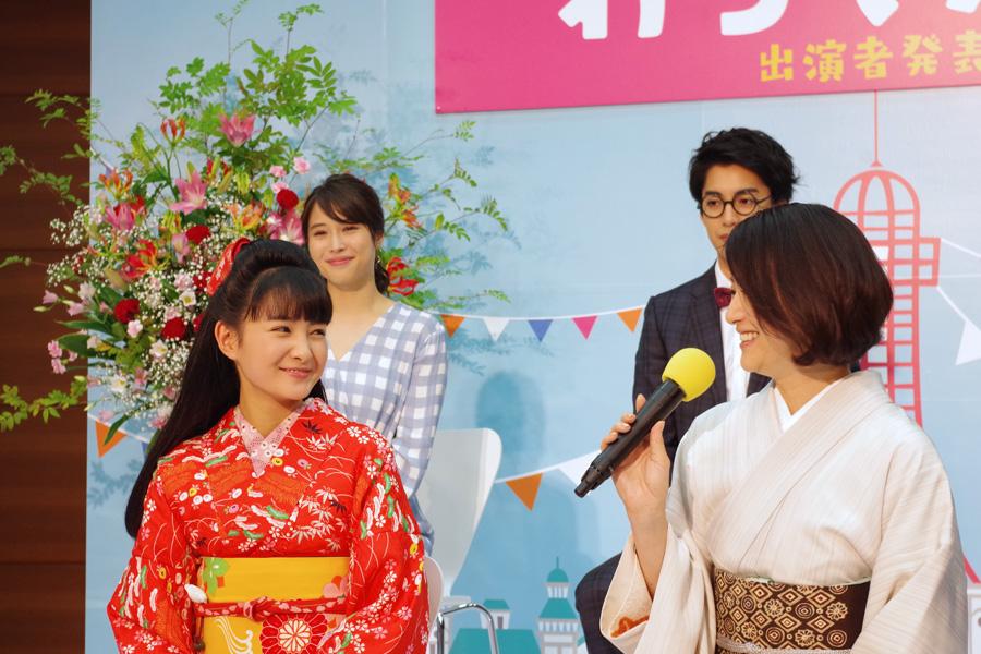 「よお、おきばりやす」とヒロイン・葵わかなにエールを贈る鈴木京香