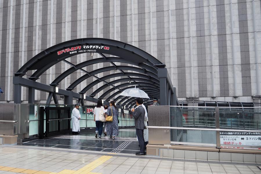 大阪駅から「ヨドバシ梅田」へ直結する橋が開通(30日、大阪市北区)