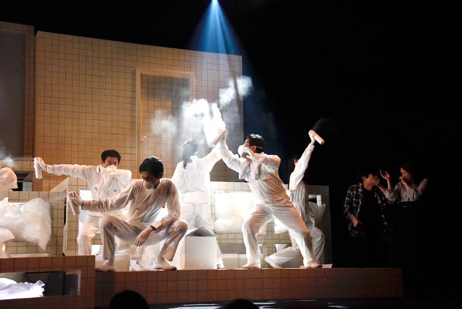 随所に空いている穴を使い、役者が予測不可能な動きをみせる舞台『天国への階段』(19日・サンシャイン劇場)