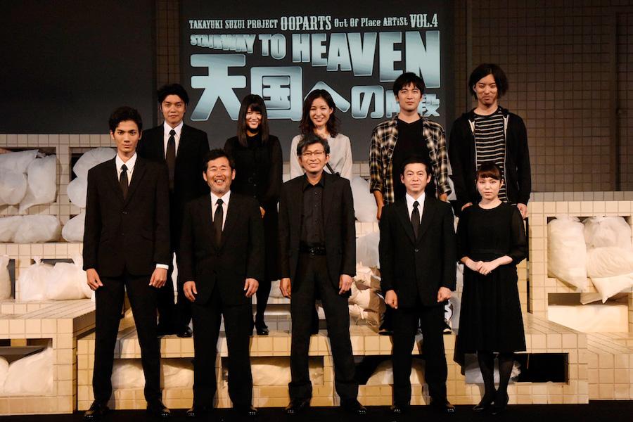 舞台『天国への階段』ゲネプロ終了後のキャストら。前列中央が鈴井