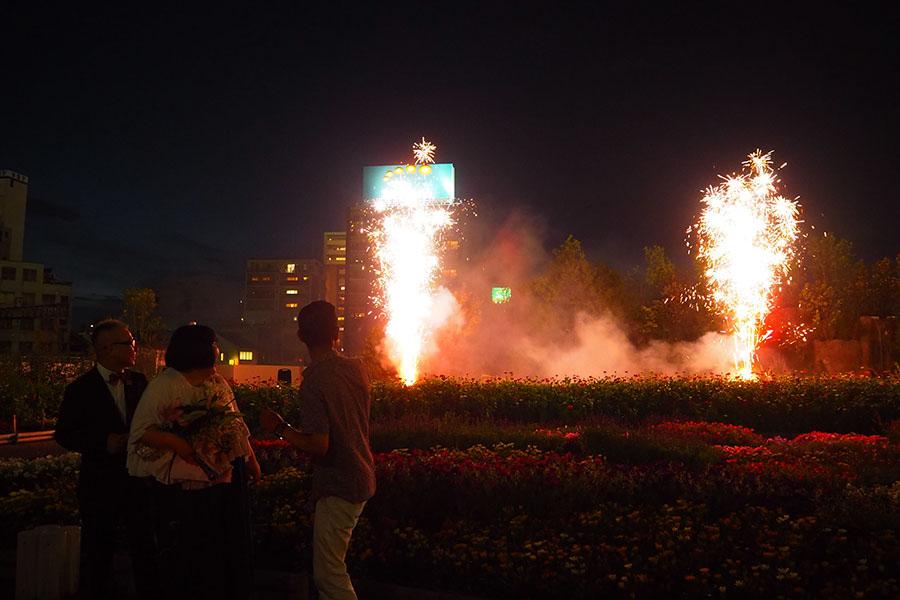 「すごい〜!わくわくする〜!」と叫びながら花火を鑑賞する酒井(真ん中)、笑い飯哲夫(右)