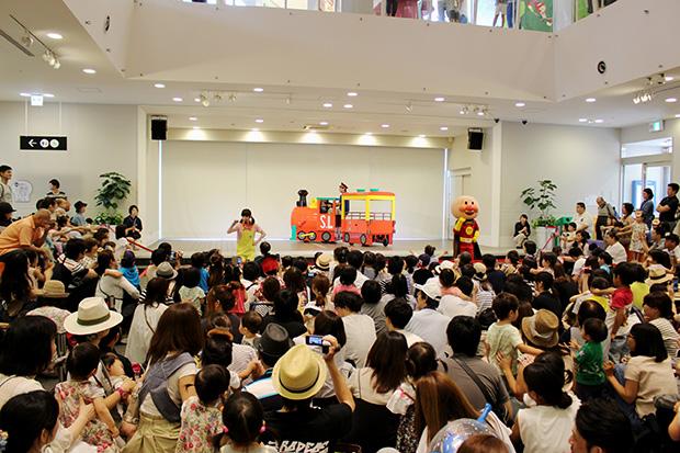 出発式では約400人が、神戸に来たSLマンを歓迎。SLマンやアンパンマンと一緒にダンスを楽しんだ ©やなせたかし/フレーベル館・TMS・NTV