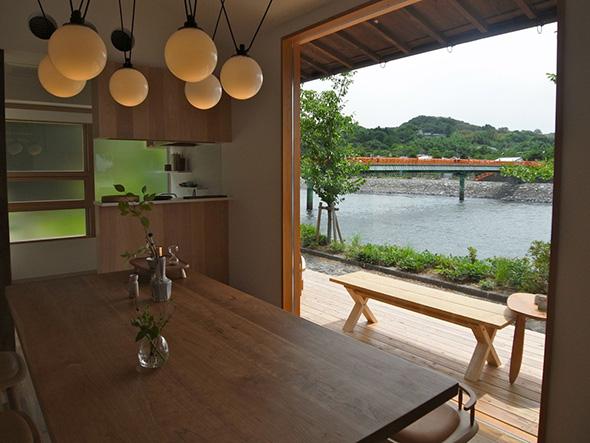 空間デザインは、京都&ミラノを拠点とする「スフェラ」のディレクター眞城成男。宇治川にかかる、朝霧橋が見える