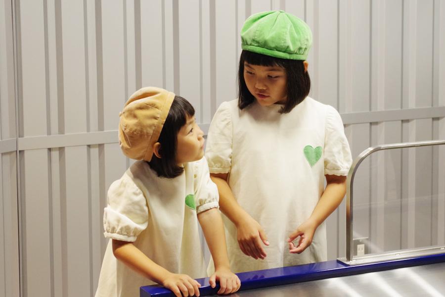 ダカラちゃんはお姉ちゃんらしく、妹のムギちゃんに何やら解説中