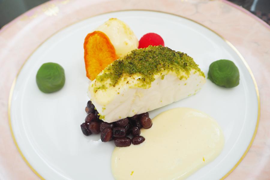 「〜鱸の香草ポワレ 白ワインのソースに見立てた〜ライチのムース ピスタチオと抹茶のクラム アングレーズソース」魚の質感を表現するため、型にクッキングシートを使用したそう