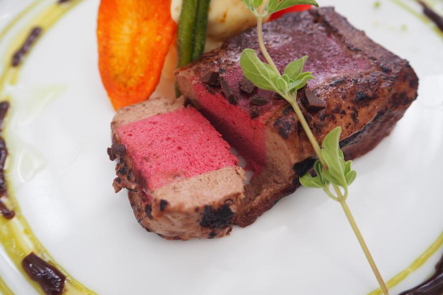 グリオットチェリーとショコラのムース ピスタチオとチョコラオリーブソース。焦げ目、そして切っても肉に見えるこだわりはさすが!