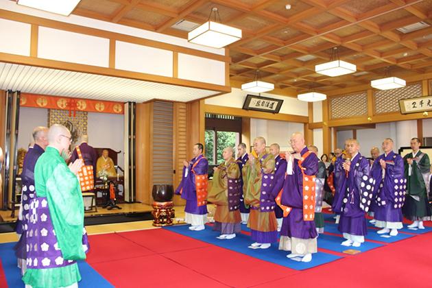 西国三十三所の代表僧侶33人が、世界平和と観音巡礼のますますの発展を祈り一斉に読経