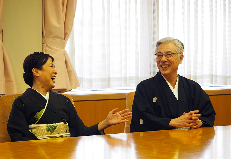 劇中同様、着物姿で記者会見に登場した桃井かおり(左)とイッセー尾形