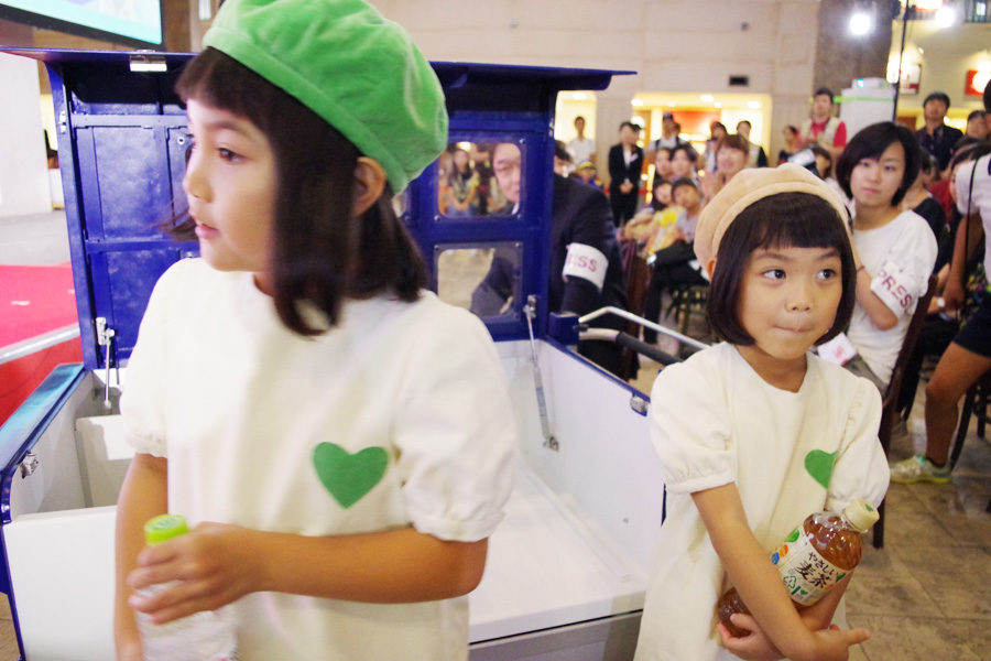 「GREEN DA・KA・RA」のイメージキャラクターグリーンダカラちゃんと「GREEN DA・KA・RA やさしい麦茶」イメージキャラクターのムギちゃん