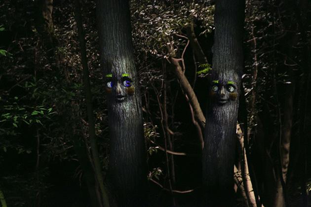 木の妖精が、おしゃべりを楽しんでいるよう