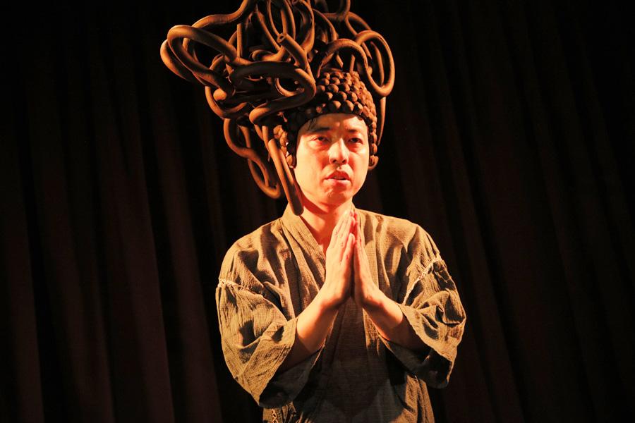 この頭の造形も小松自身が制作。『コマツマツリ』過去の舞台より