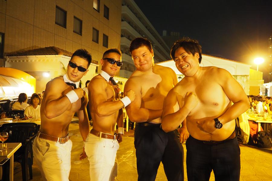 筋肉自慢の男性客が勝負を挑むこともしばしば。この日記念撮影していた2人は元アメフト部だそう