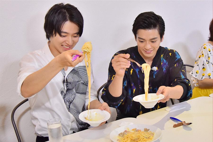 毎日放送『水野真紀の魔法のレストランR』初登場の山﨑賢人(左)と新田真剣佑