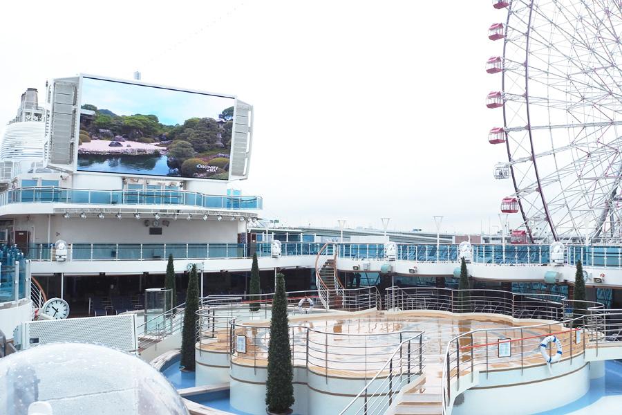 プールサイドには巨大な液晶スクリーンが設置され、ハリウッドの最新ヒット作など世界の名画を上映する