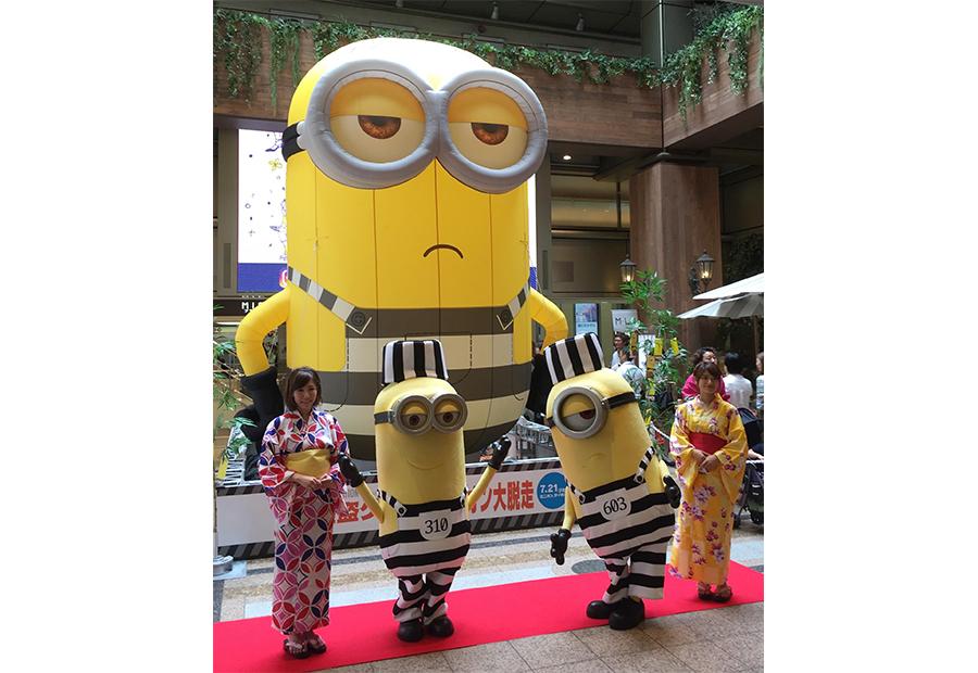 「天王寺MIO」に登場した5メートルのミニオンバルーン、ゲストにはスチュアートとケビン(7日・大阪市内)