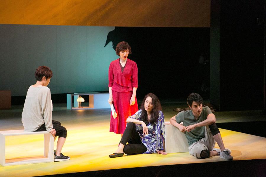 舞台再開初日より 左から寺島、佐藤オリエ、麻実れい、中村蒼
