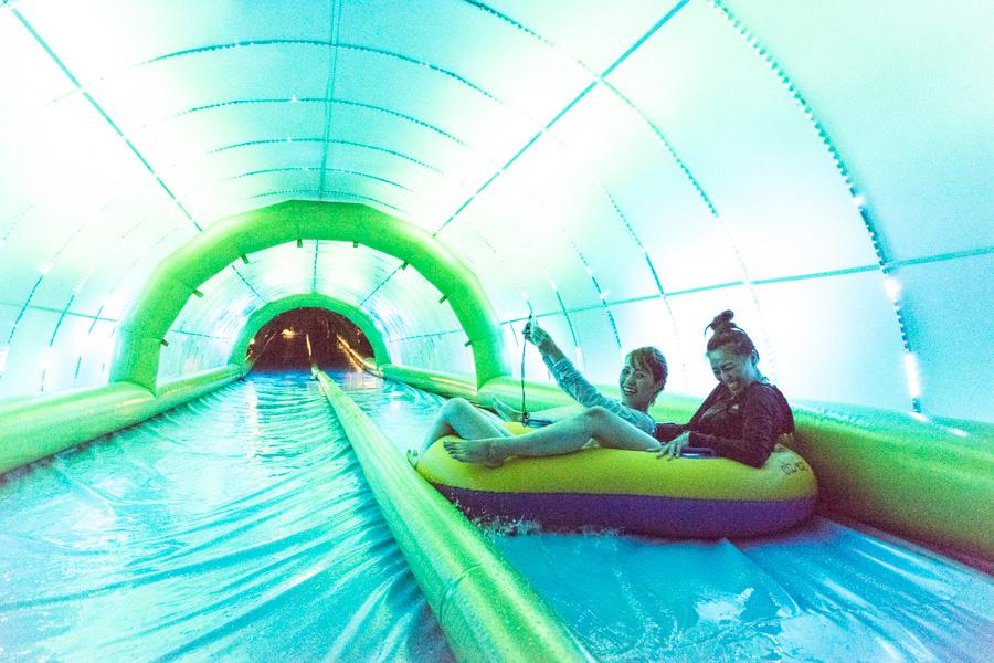 光のトンネルを滑り抜ける「ロングスライダー」